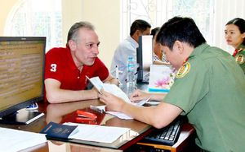 Bộ Công an gỡ khó cho người nước ngoài ở Việt Nam vì COVID-19