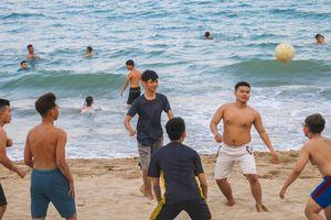 Nha Trang ngăn người dân tụ tập tắm biển giữa cao điểm dịch Covid-19