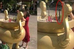 Cô gái bất chấp, cắm gậy chụp ảnh vào lư hương ở chùa để 'sống ảo'