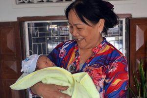 Bé sơ sinh 15 ngày tuổi bỏ rơi trước cửa gia đình hiếm muộn