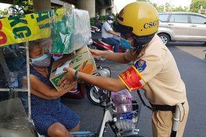 TP.HCM: CSGT tặng quà cho người nghèo bị ảnh hưởng COVID-19