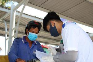 Sinh viên trường y ở Cần Thơ đội nắng hỗ trợ chống dịch
