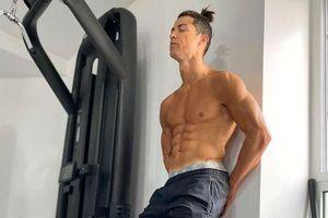 Ronaldo tập luyện để giữ cơ bụng 6 múi