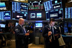 Nhà đầu tư ồ ạt bán tháo, Dow Jones giảm gần 1.000 điểm