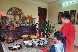 Nhiều gia đình thành kính dâng cơm cúng vua Hùng