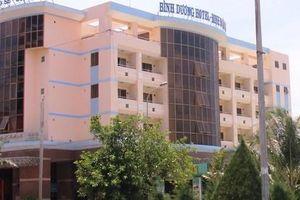 Đang di dời, khách sạn bên bờ biển Quy Nhơn vẫn cải tạo, sửa chữa