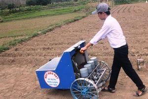 Bình Định: 'Máy gieo hạt bằng năng lượng mặt trời' của học sinh lớp 9