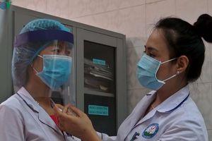 Nữ điều dưỡng mất 10 phút để 'tự chế' mũ bảo hộ y tế ngăn giọt bắn