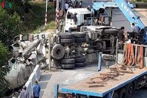 Xe chở bê tông mất lái, tài xế mắc kẹt trong cabin và tử vong tại chỗ