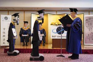 Ngạc nhiên với lễ tốt nghiệp online, robot nhận bằng thay sinh viên