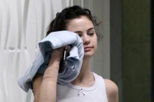 Selena Gomez để mặt mộc xuống phố