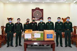 Bàn giao vật chất trị giá gần 100 triệu đồng hỗ trợ lực lượng quân đội tỉnh Điện Biên phòng, chống dịch Covid-19