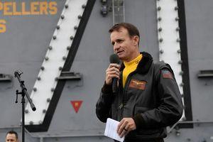 Mỹ cách chức tư lệnh hải quân cảnh báo về Covid-19 trên tàu sân bay