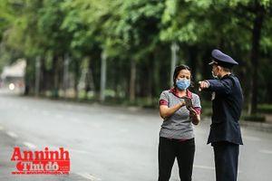Hà Nội: Nhắc nhở những người đang cố ra đường không vì mục đích thiết yếu