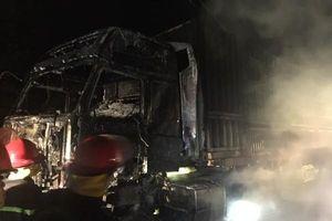 Đang lưu thông, tài xế xe container tá hỏa phát hiện lửa cháy dưới gầm