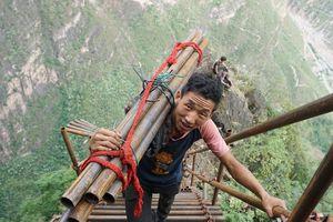 Những bậc thang thẳng đứng dẫn lên ngôi làng ở độ cao 800 m
