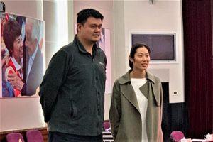 'Khủng long bóng chuyền' nhỏ bé trước huyền thoại Yao Ming