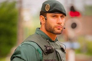 Quân nhân Tây Ban Nha bất ngờ nổi tiếng nhờ một bức hình