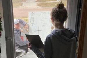 Thầy giáo đến tận nhà, dạy cách một cửa kính khi trò chưa hiểu bài