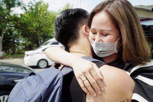 Vợ chồng ôm nhau vui mừng khi hết thời gian cách ly ở TP.HCM