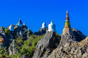 Ngôi đền độc đáo nằm trên đỉnh núi ở xứ sở chùa Vàng