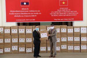 Việt Nam bàn giao trang thiết bị y tế cho Lào tại Vientiane