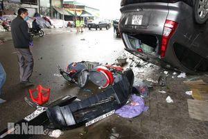 Hà Nam: Xe ôtô đâm vào dãy kiốt bán hàng làm 4 người bị thương