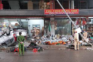 Ô tô CRV 'phơi bụng' giữa chợ sau khi tông dãy ki ốt vàng mã, 4 phụ nữ bị thương