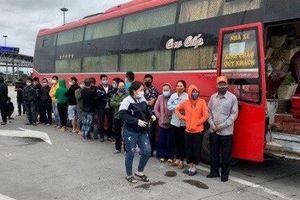 Xe khách chở 30 người trên cao tốc