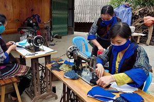 Phụ nữ Yên Bái may hơn 100 nghìn khẩu trang phát miễn phí