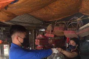 Đội shipper áo xanh đi chợ giúp người dân mùa dịch
