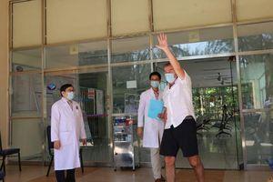 Bệnh nhân người Anh cảm ơn bác sĩ bằng tiếng Việt khi được công bố khỏi bệnh