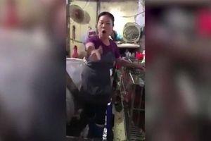 Người phụ nữ bán gà lớn tiếng đe dọa, văng tục, quyết không đeo khẩu trang