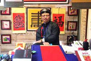 Gặp 'ông đồ Ninh Bình' cho chữ ở Văn Miếu Quốc Tử Giám