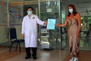 Bệnh nhân người Anh (BN57) khỏi bệnh sau thời gian điều trị tại Quảng Nam