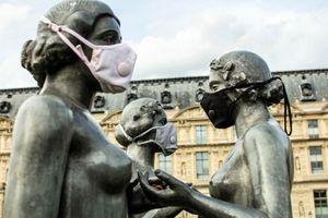 Vì sao loạt bức tượng khắp thế giới cũng đeo khẩu trang?