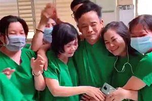 Cộng đồng mạng xúc động cảnh bác sĩ ôm nhau khóc chia sẻ kết quả âm tính