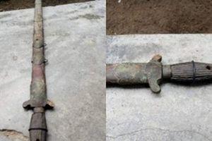 Thanh niên đào móng nhà thấy thanh kiếm cổ, lên mạng hỏi nguồn gốc thì phát hiện sự thật ngỡ ngàng
