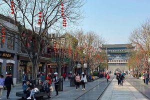 Bất chấp 'làn sóng virus thứ hai', dân Trung Quốc thản nhiên vui chơi