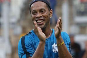 Ronaldinho gây chú ý khi có hành động đẹp với bạn tù