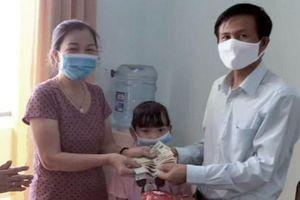 Bé gái tặng heo đất cho xã để phòng chống dịch Covid-19