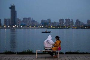 Người Vũ Hán lạ lẫm khi trở lại cuộc sống thường ngày sau lệnh phong tỏa