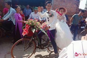 Chú rể đi rước dâu bằng xe đạp ai cũng tưởng 'nghèo' nhưng sự thật về gia thế mới khiến dân mạng 'trầm trồ'