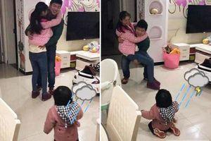 Thấy bố sắp đi công tác bịn rịn ôm mẹ, phản ứng của cô con gái khiến ai nấy 'phá lên cười'