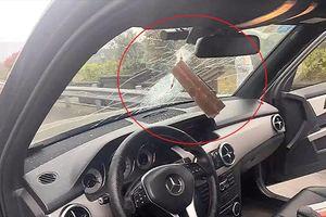 Thanh sắt văng thủng kính lái ôtô