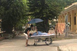 Chồng đẩy xe cáng đưa vợ bầu vào viện, nhưng điều này mới khiến nhiều người bất ngờ