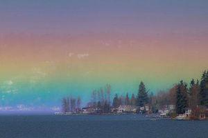 'Cầu vồng lửa' tuyệt đẹp bất ngờ xuất hiện trên mặt hồ