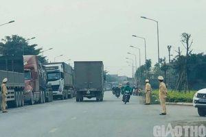 Hàng trăm xe tải đang 'mắc kẹt', ùn ứ kéo dài từ Hải Dương sang Quảng Ninh