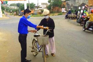 Thanh niên Đắk Lắk may hàng trăm nghìn khẩu trang tặng cho người dân