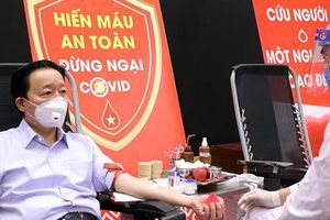 Bộ trưởng Trần Hồng Hà tham gia hiến máu tình nguyện